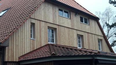 Verkleidung eines Hauseinganges in Sassenburg